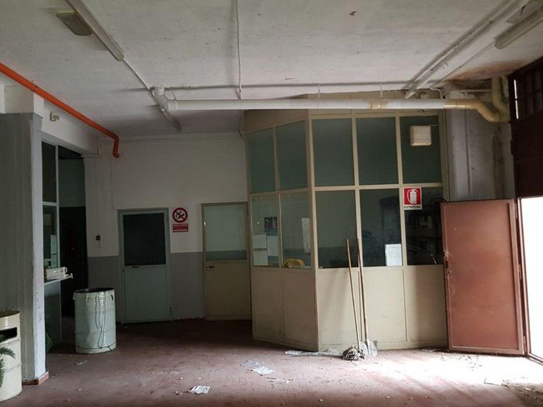 #5669 Officina-magazzino al piano seminterrato con uffici in vendita - foto 5