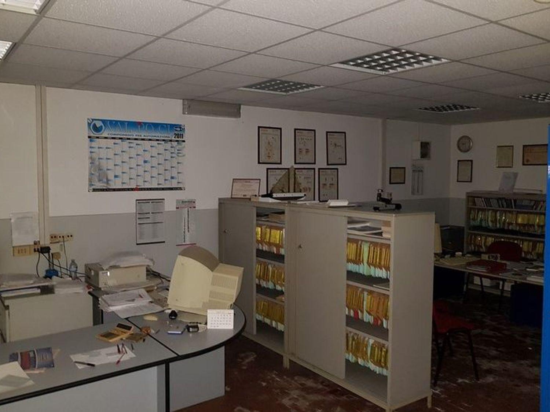 #5669 Officina-magazzino al piano seminterrato con uffici in vendita - foto 6