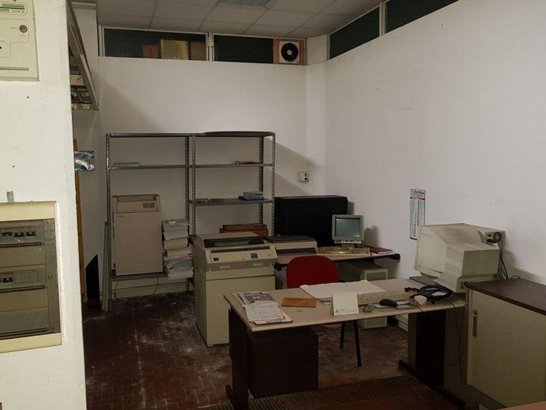 Officina magazzino al piano seminterrato con uffici