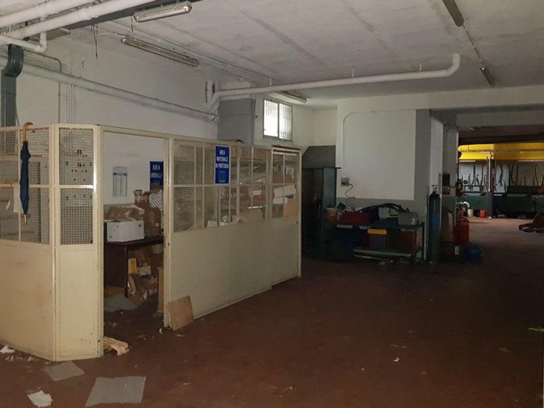 #5669 Officina-magazzino al piano seminterrato con uffici in vendita - foto 10