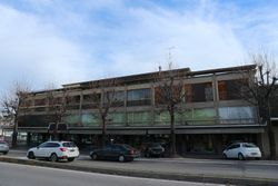 Palazzina con locali commerciali e appartamenti