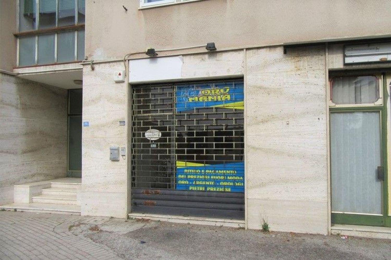 #6955 Bottega commerciale in palazzina residenziale