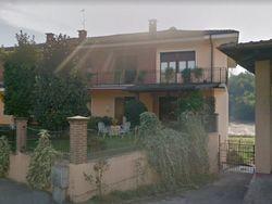 Abitazione con garage e giardino