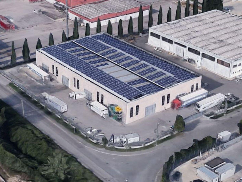 #7711 Capannone con uffici, corte e impianti fotovoltaici