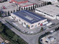 Capannone con uffici, corte e impianti fotovoltaici