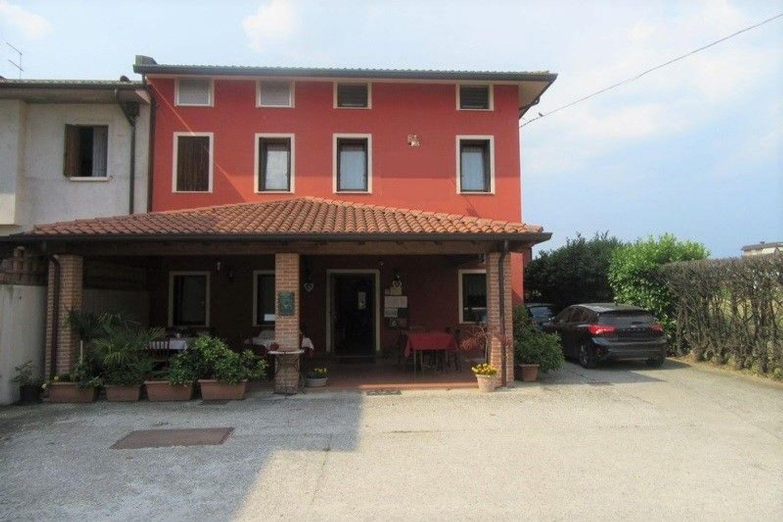 #7861 Edificio con ristorante, abitazione e cortile