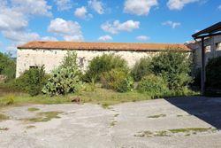 Magazzino rustico su tre piani e tettoia