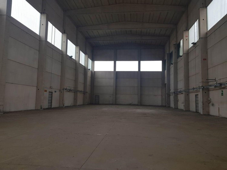 #8584 Capannone industriale con area esterna