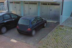 Garage con cortile al piano terra