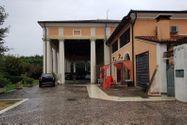 Immagine n0 - Porzione di palazzo storico con piscina e terreno - Asta 8915