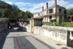 Villa unifamiliare con giardino, laboratorio e deposito