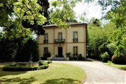 Villa storica con ampio giardino e servizi