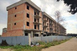 Terreno con complesso residenziale grezzo