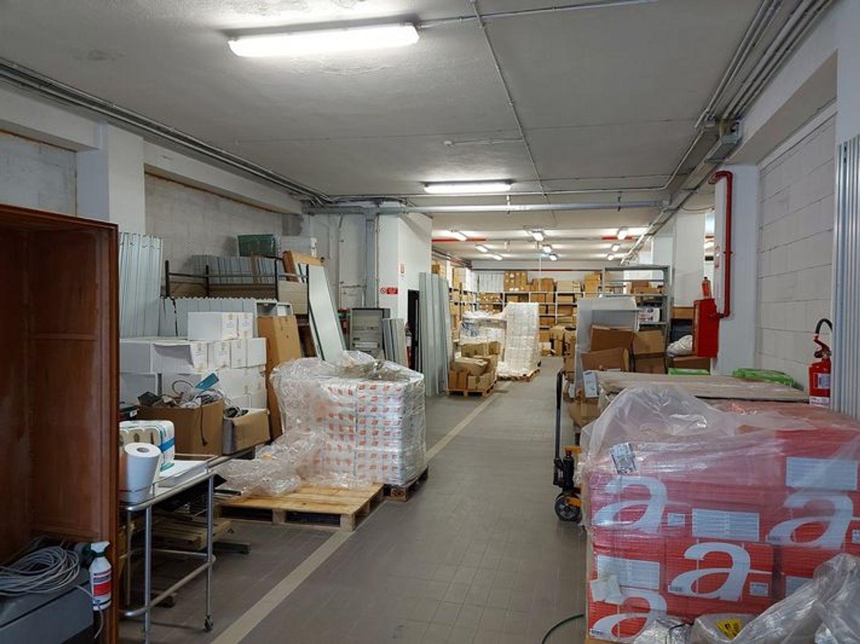 #9921 Ampio magazzino/ufficio a reddito