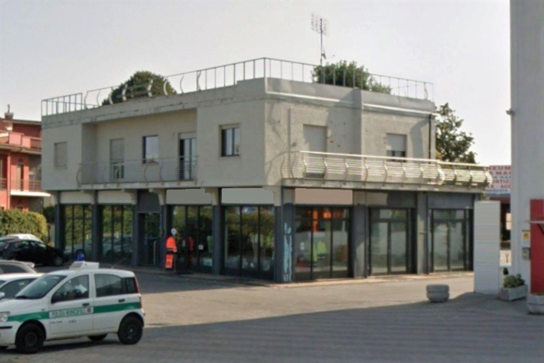 #9958 Edificio con negozio, due alloggi e deposito