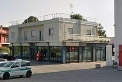 Edificio con negozio, due alloggi e deposito